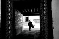 Bhutan – Mönch an der Tür